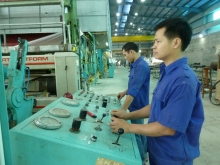 Công nhân Công ty giấy Hoàng Văn Thụ (TP Thái Nguyên) vận hành dây chuyền sản xuất mới.